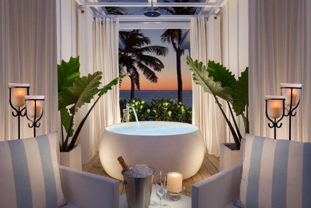 Nous pourrions imaginer se détendre dans cette baignoire, en regardant le coucher de soleil à venir. Crédit photo: Bungalows