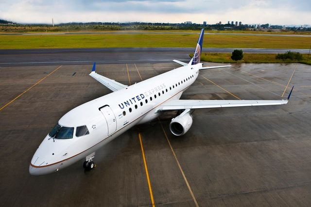United's Embraer E175 aircraft offers seating for 70 passengers, with 58 main cabin and 12 first-class seats.